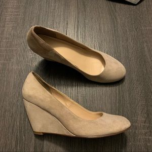COLE HAAN Nude Suede Wedge Pumps Heels Round Toe 8